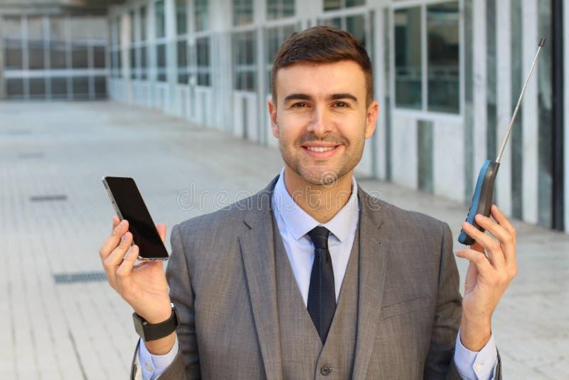 Zakenman die nieuwe en oude telefoon vergelijken royalty-vrije stock foto