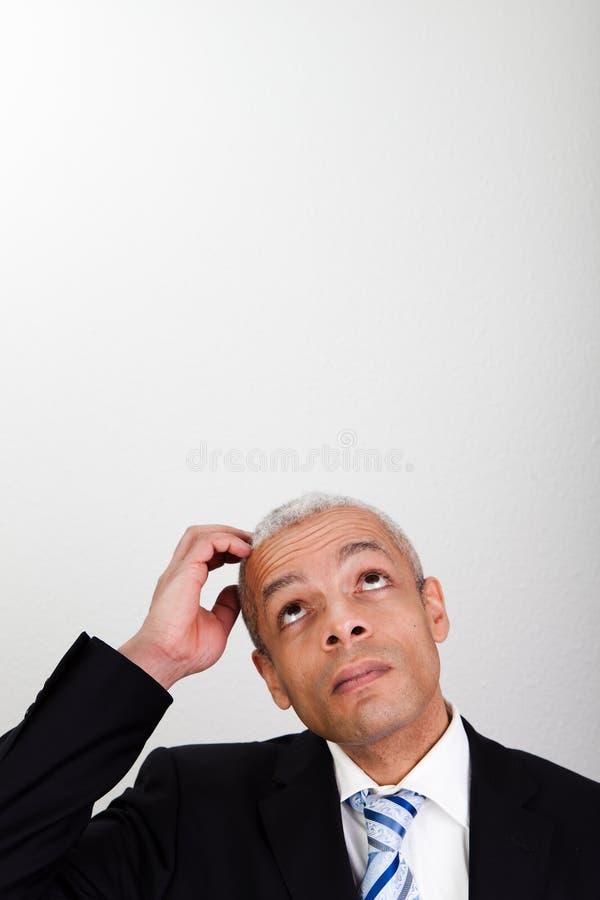 Zakenman die omhoog kijkt stock fotografie