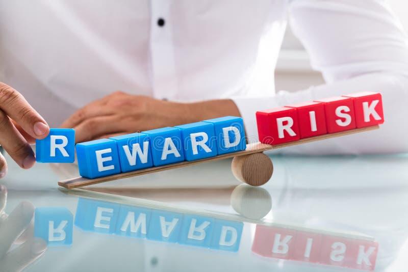 Zakenman die onevenwicht tussen beloning en risico tonen stock fotografie