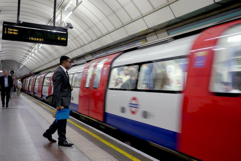 Zakenman die op de trein in Londen wachten royalty-vrije stock afbeeldingen