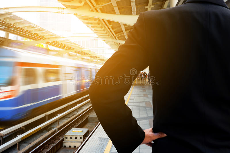 Zakenman die op de trein wachten royalty-vrije stock foto's