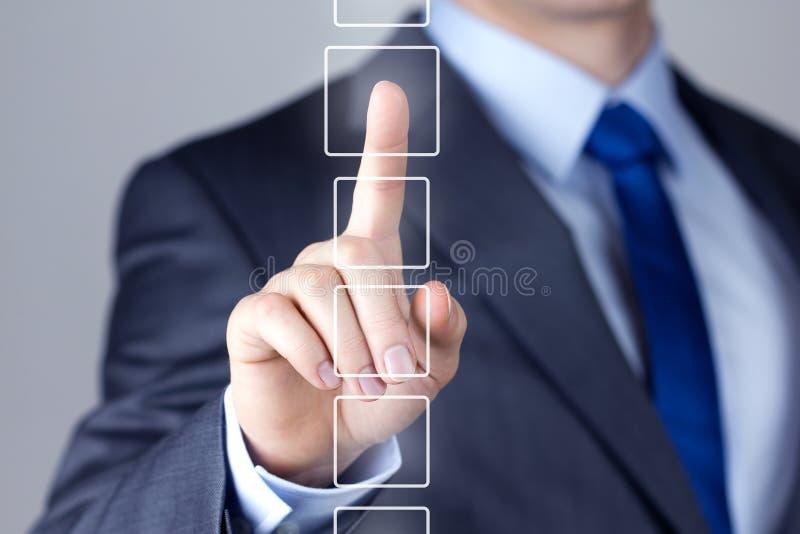 Zakenman die op een interface van het aanrakingsscherm duwen stock foto's