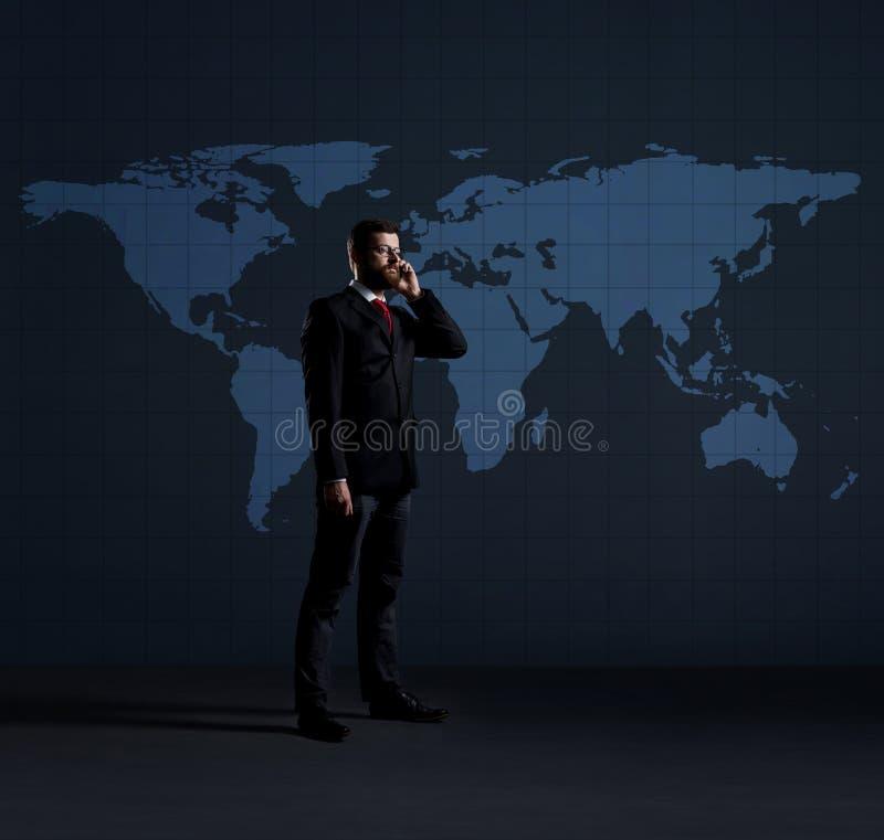 Zakenman die op een mobiele telefoon spreken Zwarte achtergrond met cop stock fotografie