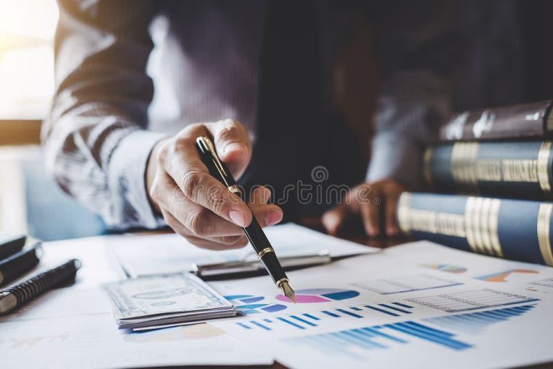 Zakenman die op grafiek en grafiek aan analysegebruik richten voor plan royalty-vrije stock foto's