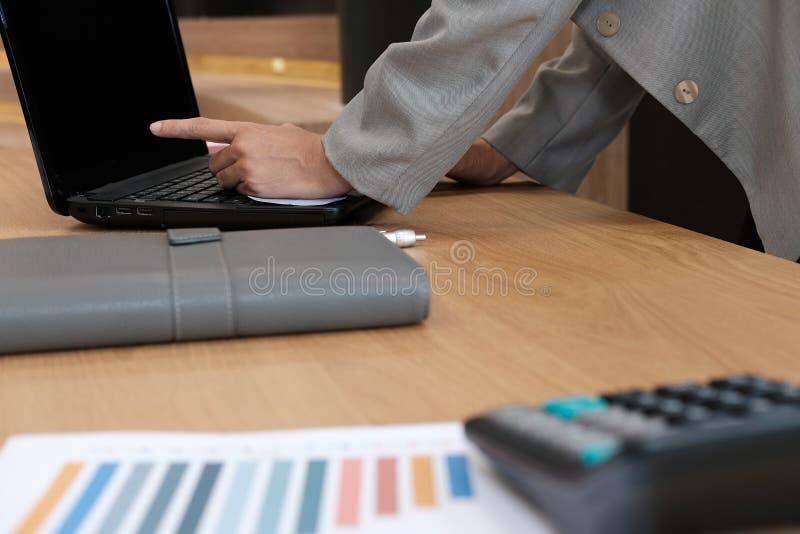 zakenman die op het computerscherm richten het startmens werk verstand stock afbeelding