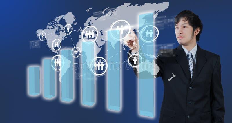 Zakenman die op het digitale virtuele scherm, globalisering drukken royalty-vrije illustratie