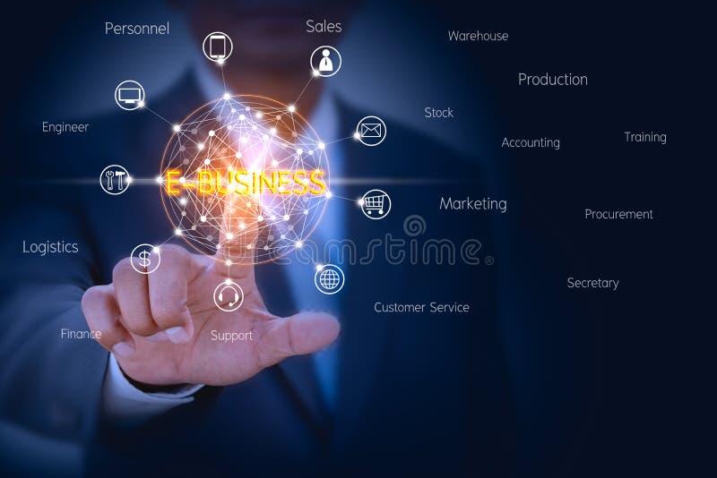 Zakenman die op het virtuele scherm betrekking hebben om de oplossing van het e-businessbeheer te controleren stock afbeelding