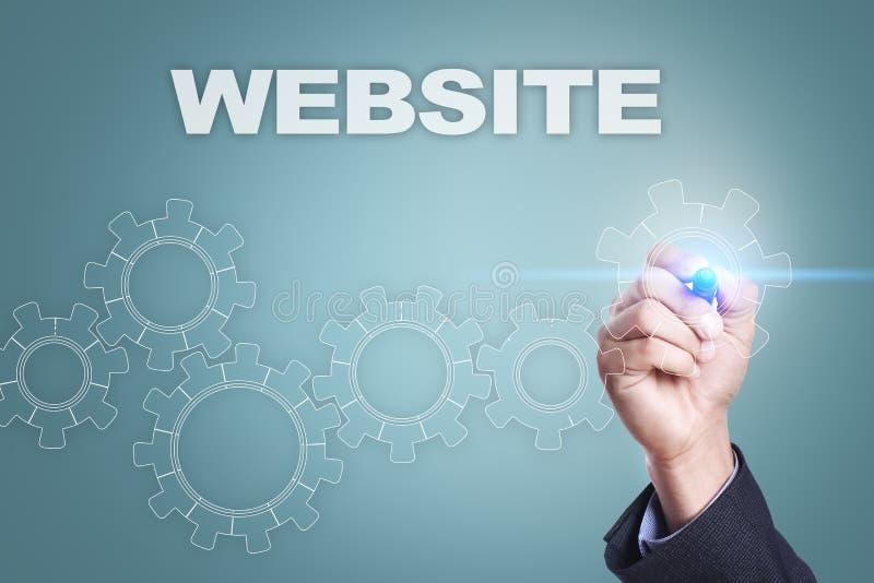Zakenman die op het virtuele scherm trekken Websiteconcept stock foto
