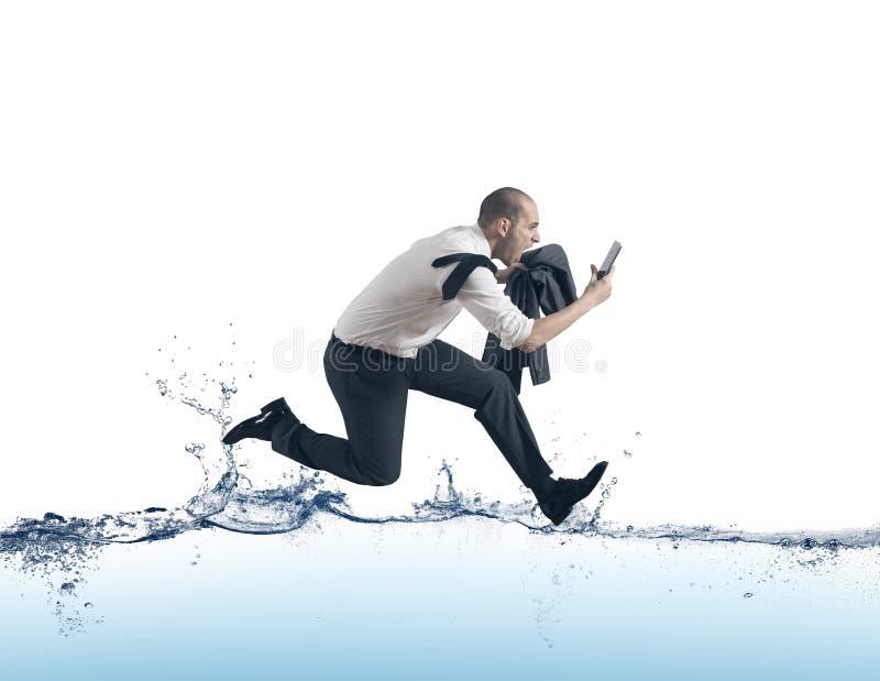 Zakenman die op het water in werking wordt gesteld royalty-vrije stock afbeelding
