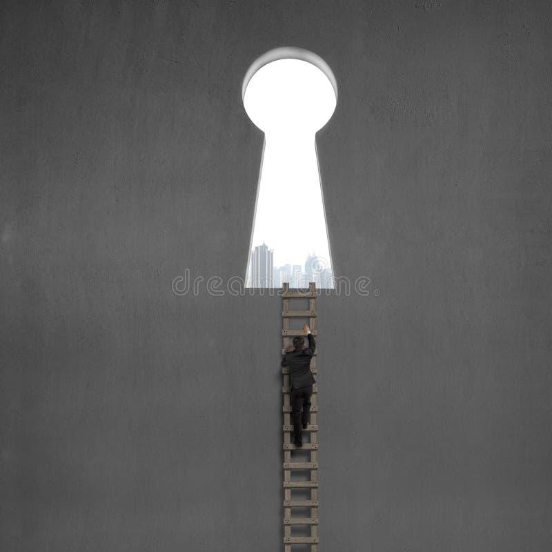 Zakenman die op houten ladder aan zeer belangrijke vormdeur beklimmen stock foto