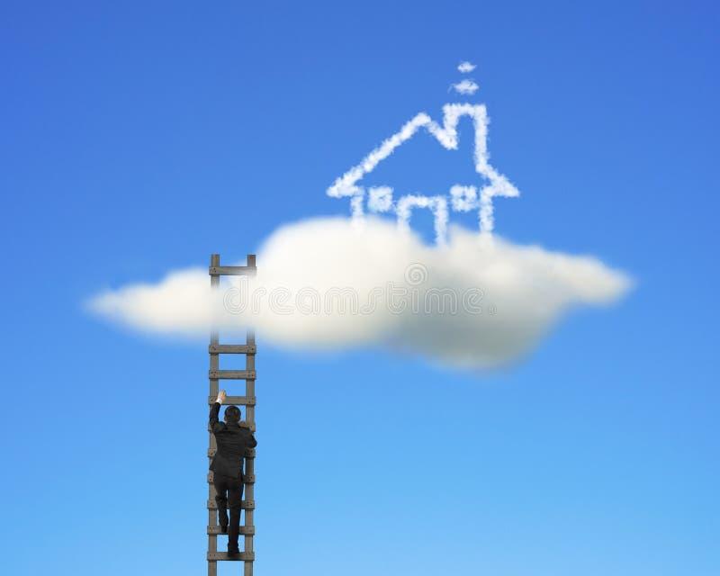 Zakenman die op houten ladder beklimt om wolkenhuis te bereiken stock afbeeldingen