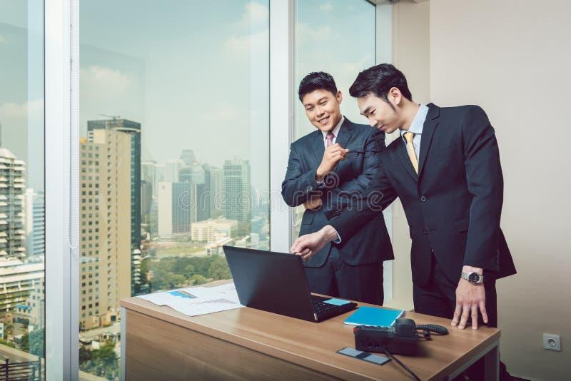 Zakenman die op laptop aan zijn collega tonen royalty-vrije stock foto