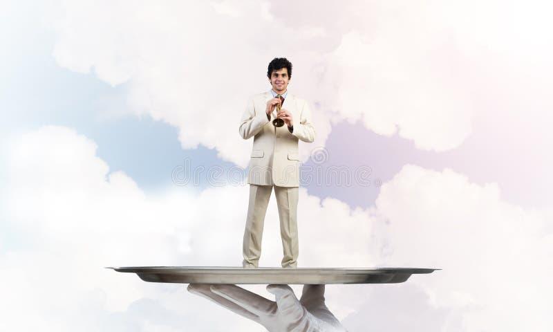Zakenman die op metaaldienblad Fife spelen tegen blauwe hemelachtergrond stock afbeelding