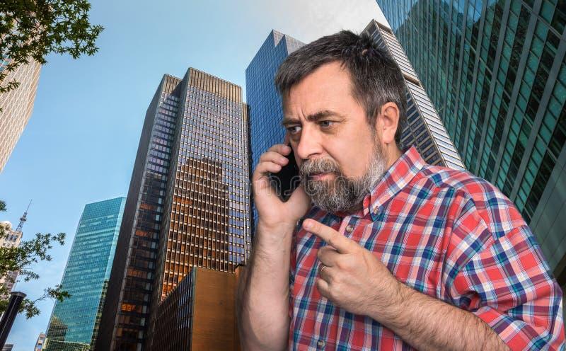 Zakenman die op mobiele telefoon in de megalopolis spreken royalty-vrije stock afbeeldingen