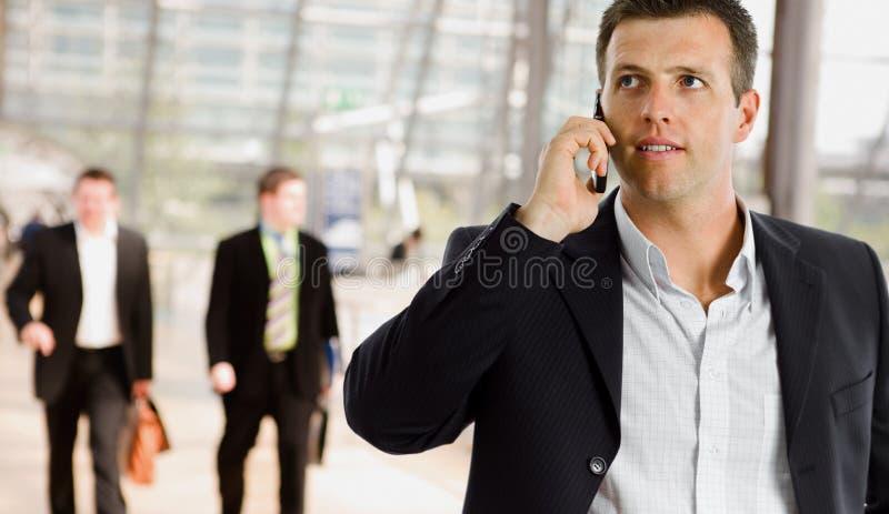 Zakenman die op mobiele telefoon spreekt stock fotografie