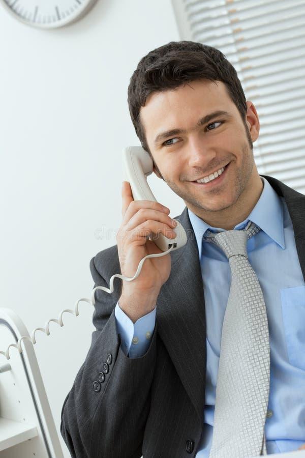 Zakenman die op telefoon spreekt stock fotografie