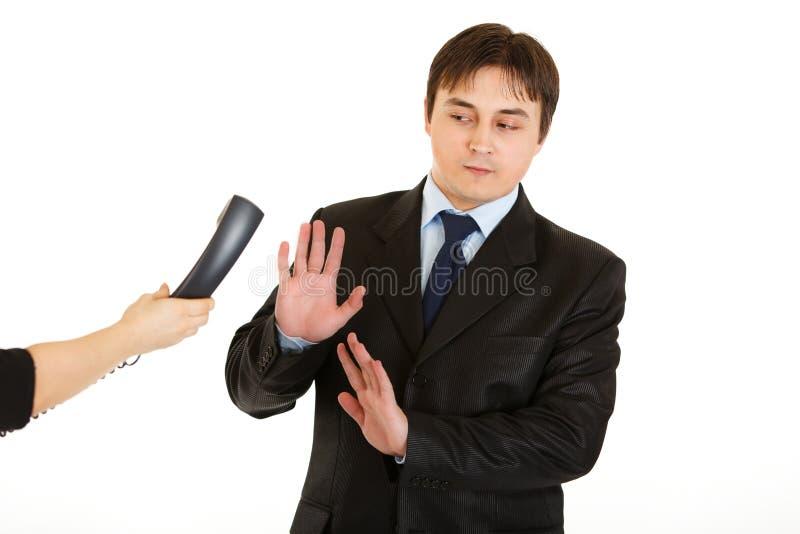 Zakenman die op telefoongesprek weigert te antwoorden stock afbeelding