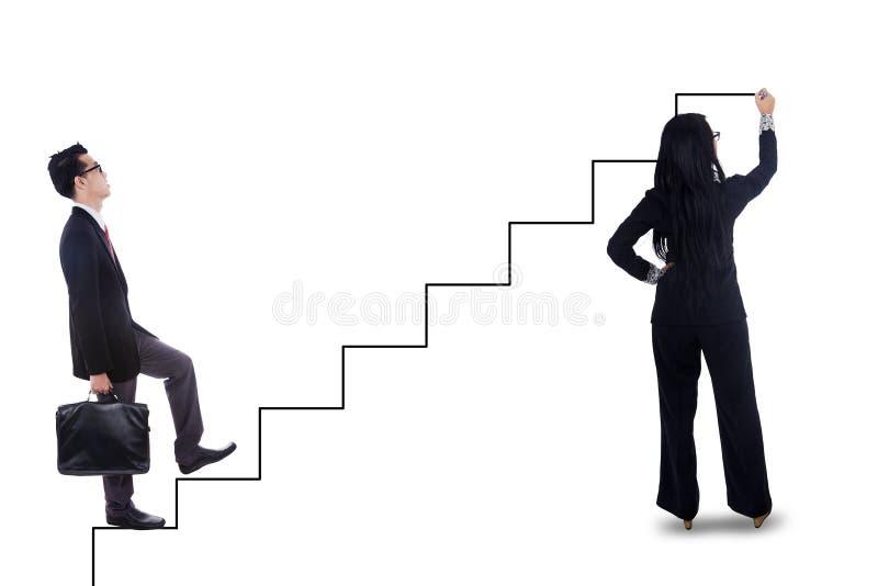 Zakenman die op trap opvoeren royalty-vrije stock afbeeldingen