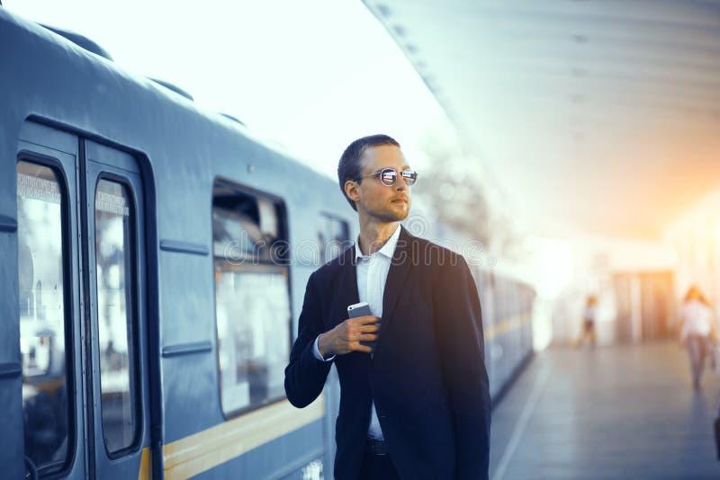 Zakenman die op trein in metro wachten royalty-vrije stock foto's