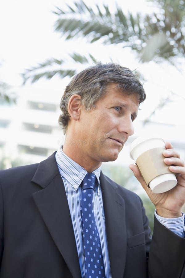 Zakenman die in openlucht koffie drinkt royalty-vrije stock foto