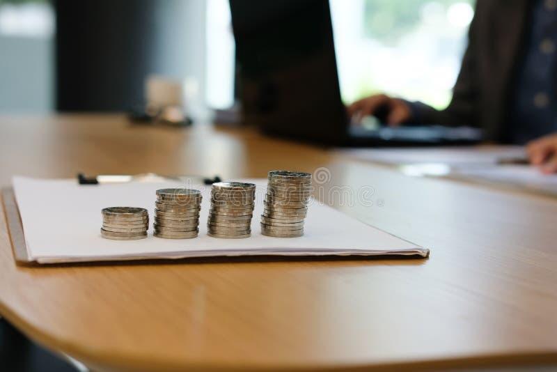 zakenman die organiseert plan, die document analyseren bij workp werken royalty-vrije stock fotografie