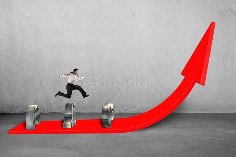 Zakenman die over geldsymbolen springen bij het kweken van rode pijl stock illustratie