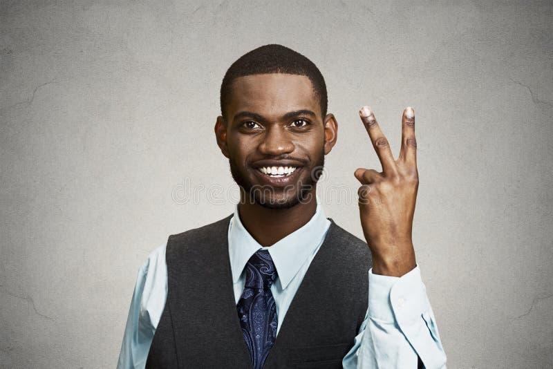 Zakenman die overwinning, twee vingersteken geven stock afbeeldingen