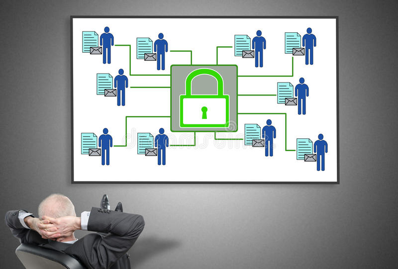 Zakenman die persoonlijk gegevensbeveiligingconcept bekijken royalty-vrije stock afbeeldingen