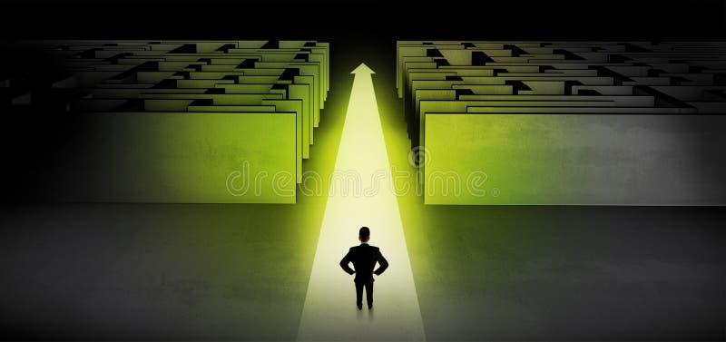 Zakenman die rechtstreeks tussen twee labyrinten doorgaan stock fotografie