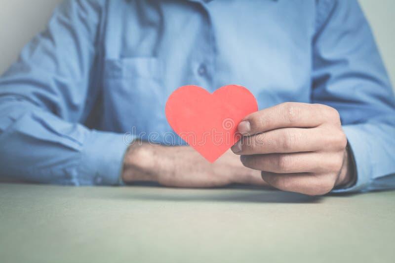 Zakenman die rood hart tonen royalty-vrije stock foto's