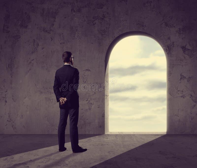 Zakenman die in rooskleurige toekomst kijken Zaken, perspectief, winde stock foto's
