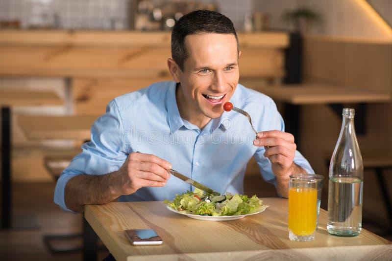 Zakenman die salade in koffie eten stock afbeeldingen
