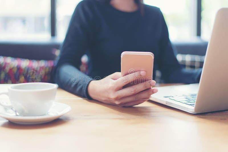 Zakenman die slimme telefoon en tabletcomputer met behulp van aan het werk met financiële gegevens in de het werkruimte royalty-vrije stock foto's