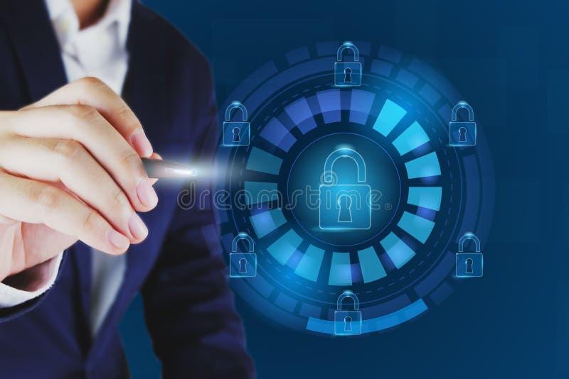 Zakenman die slotpictogram richten Gegevensbescherming en cyber veiligheidsconcept royalty-vrije illustratie