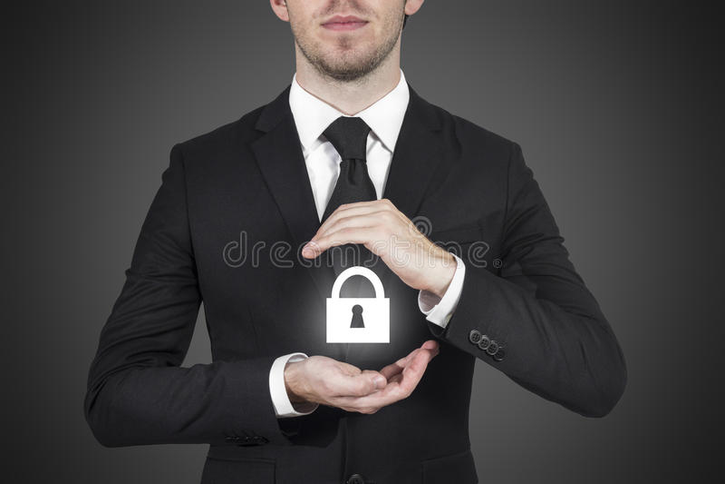 Zakenman die slotsymbool met handen beschermen royalty-vrije stock afbeelding
