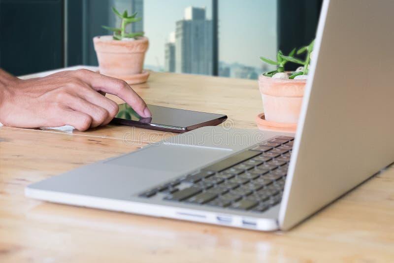 Zakenman die smartphone gebruiken bij zijn bureau Bedrijfsconcept royalty-vrije stock afbeelding