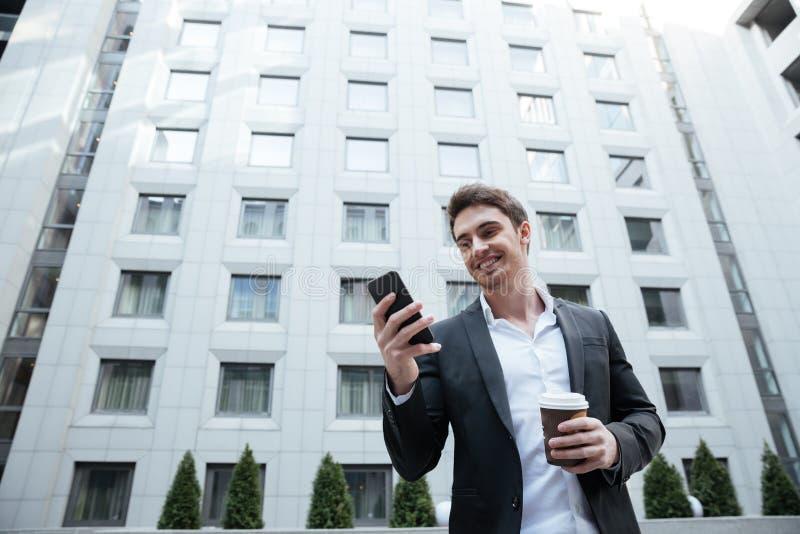 Zakenman die smartphone gebruikt royalty-vrije stock afbeeldingen