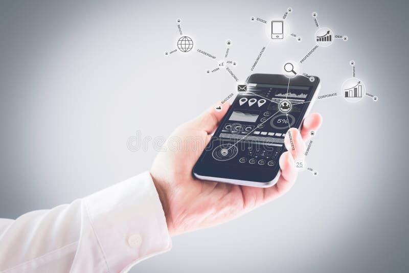Zakenman die smartphone in hand houden en er zijn diverse pictogrammen en symbolen Het concept werkte overal Internet royalty-vrije stock afbeeldingen