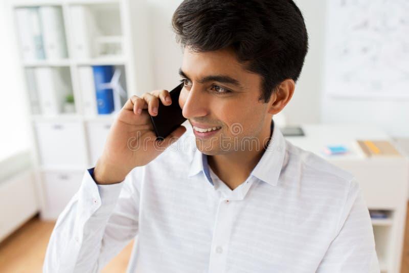 Zakenman die smartphone uitnodigen op kantoor stock afbeeldingen