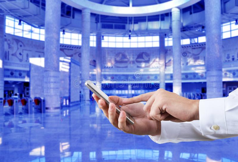 Zakenman die smartphone voor de achtergrond van de metropost met behulp van royalty-vrije stock fotografie