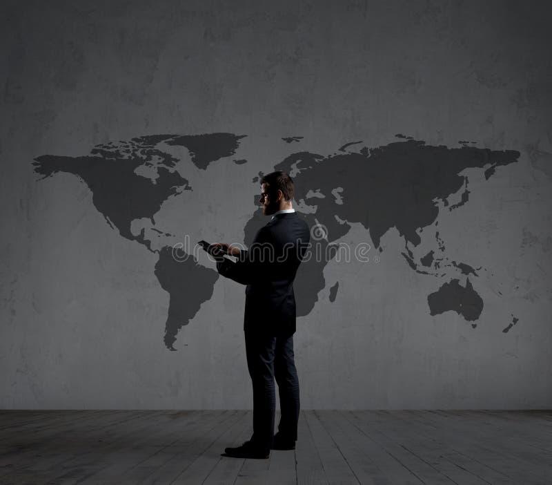 Zakenman die sms met een smartphone verzenden Zwarte achtergrond met stock fotografie