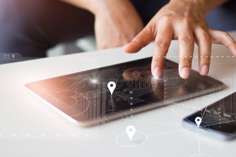 Zakenman die tablet en smartphone met mondiaal net l gebruiken stock foto's