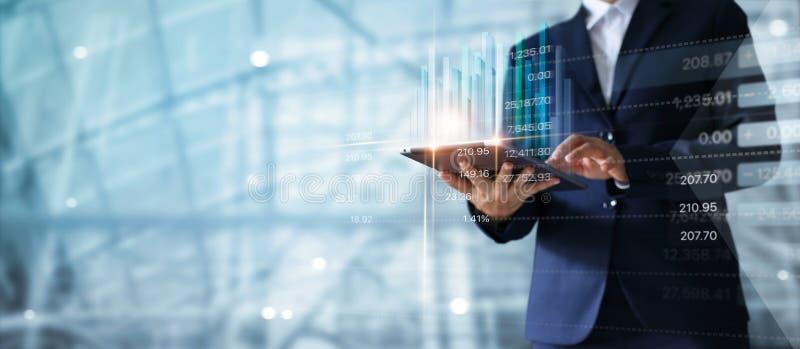 Zakenman die tablet gebruiken die verkoopgegevens analyseren en economisch stock afbeeldingen