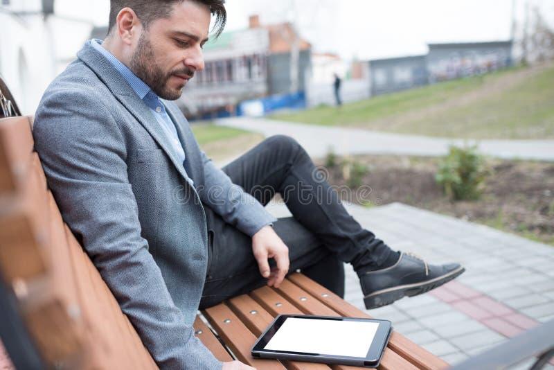 Zakenman die tabletPC met behulp van stock fotografie