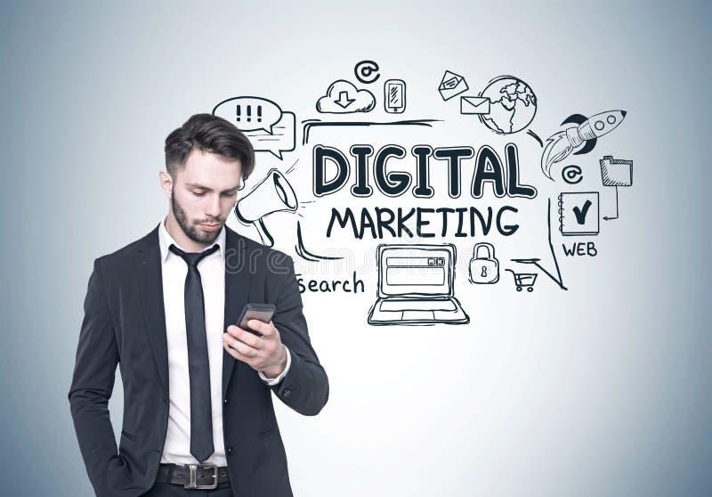 Zakenman die telefoon, digitale marketing bekijken stock afbeeldingen