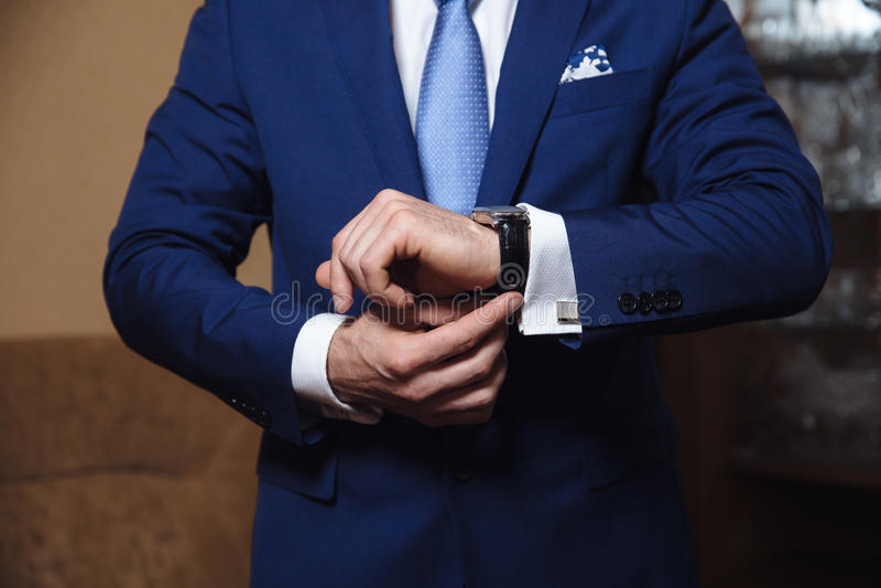 Zakenman die tijd controleren op zijn polshorloge De hand van mensen met een horloge royalty-vrije stock afbeeldingen