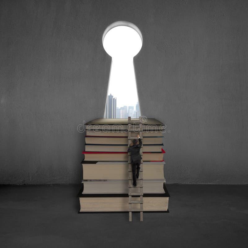 Zakenman die tot bovenkant van boeken met zeer belangrijke vormdeur beklimmen royalty-vrije stock afbeeldingen