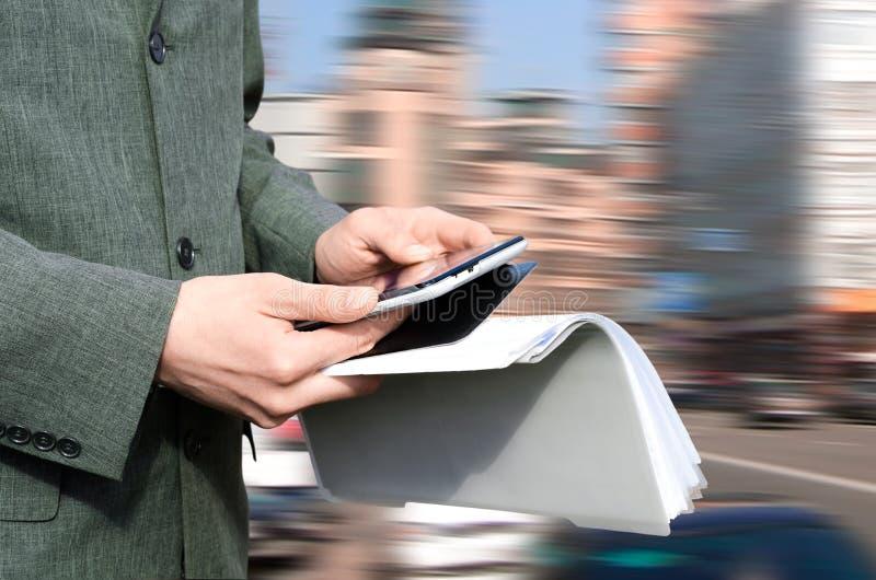 Zakenman die touchpad gebruiken royalty-vrije stock afbeeldingen
