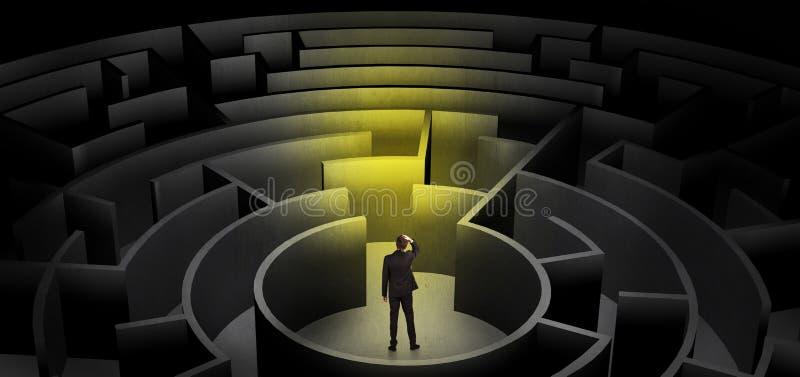 Zakenman die tussen ingangen in een midden van een donker labyrint kiezen royalty-vrije stock afbeeldingen