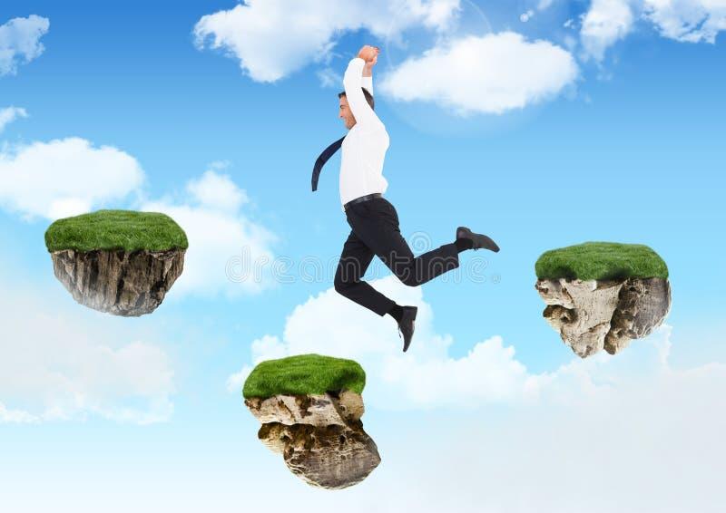 Zakenman die tussen stappen van drijvende rotsplatforms springen in hemel stock afbeeldingen